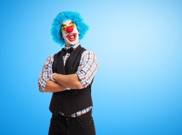 Клоун улыбается со скрещенными руками