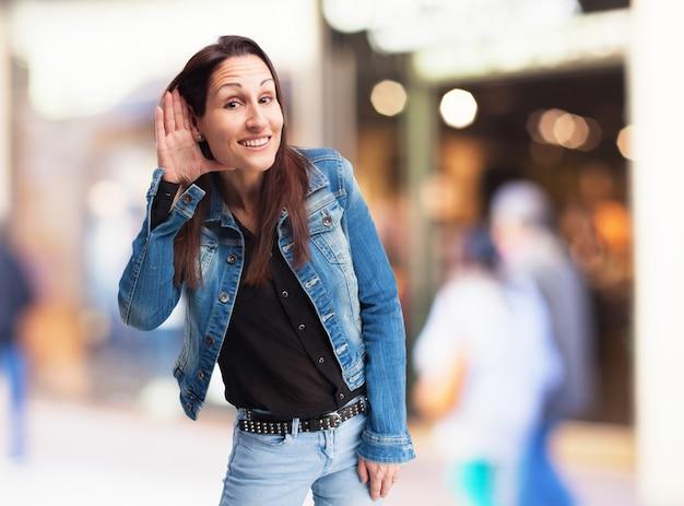 Женщина делая вид, что не слушать