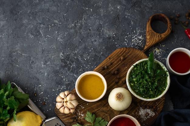 アルゼンチンのグリーンチミチュリソースを調理するための材料