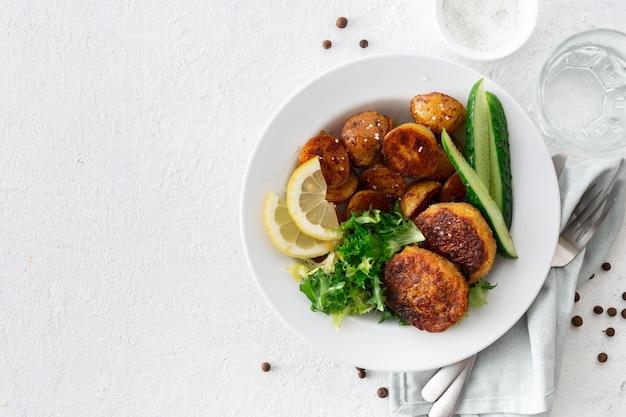 Вегетарианские котлеты с новым картофелем и салатом