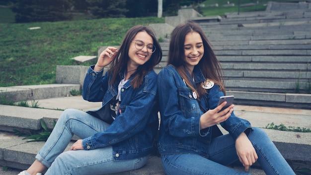 Две стильные счастливые девушки