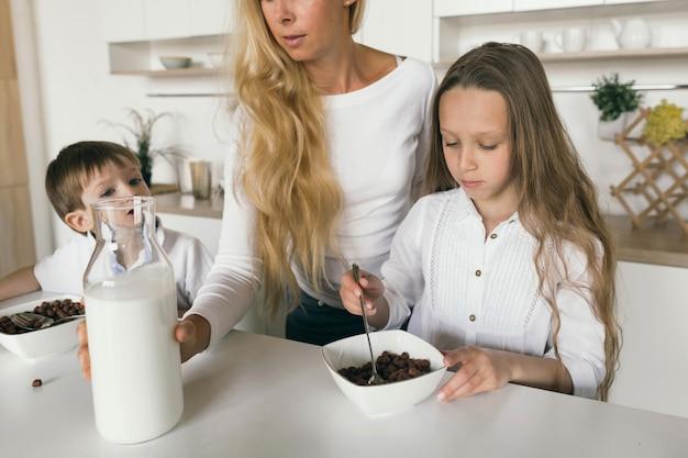 母は子供たちの朝食を調理します