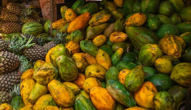 地元のアフリカ市場のさまざまな果物