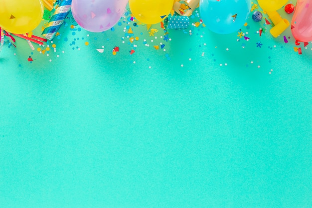Вид сверху на воздушные шары и различные праздничные украшения