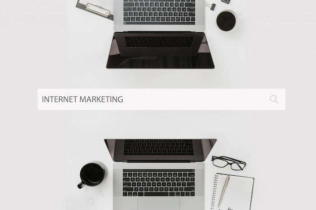 インターネットマーケティングの概念ラップトップトップビューでオフィスのデスクトップ