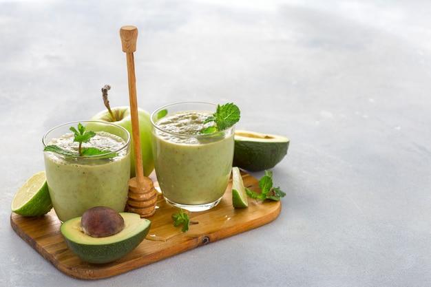 Здоровая чистая еда, фруктовый зеленый коктейль на столе
