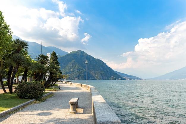 Красивый пейзаж на озере комо италия