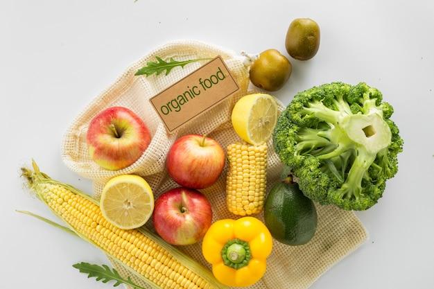 Концепция органических продуктов питания. полный сетчатый пакет с различными диетическими овощами и фруктами