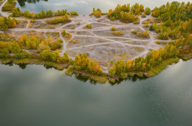 川と美しい秋の木空撮ドローンショットとカラフルな秋の風景