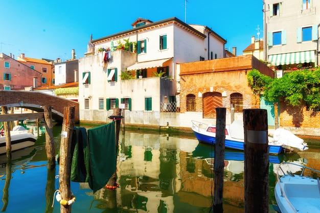 Венеция, италия. традиционная улица канала с гондолами и лодками