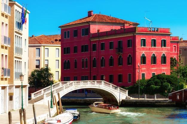 Венеция, италия. красивая традиционная улица канала с разноцветными домами и лодками