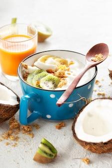 グラノーラとフルーツを添えたおいしいココナッツヨーグルト。健康的なビーガンフードコンセプト