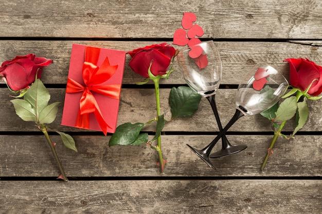 バレンタインの日の組成、赤いギフトボックス花バラ紙ハートワイングラストップビュー