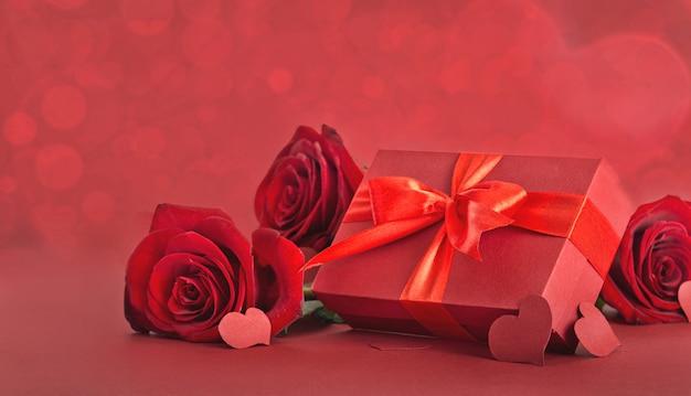 День святого валентина красная подарочная коробка с красной розой и сердцем