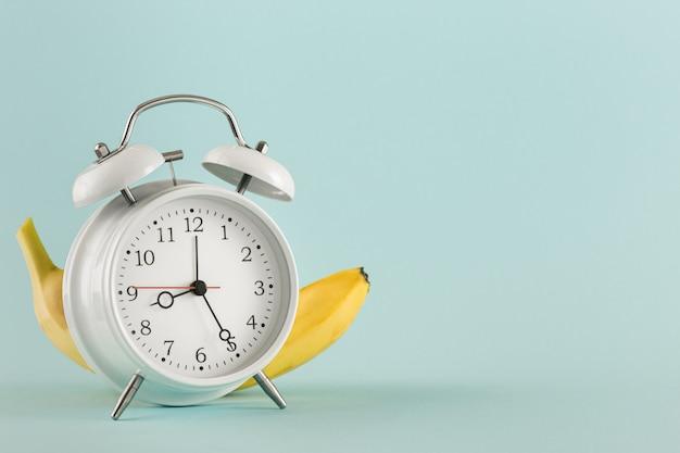 教育コンセプトあなたのテストのための古い目覚まし時計バナナの場所