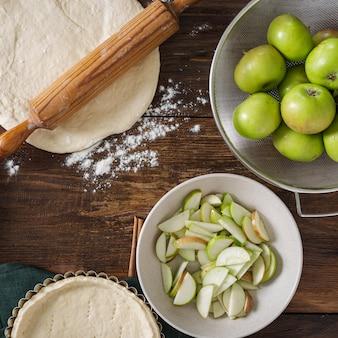 木製のテーブルでリンゴのタルトを料理の食材