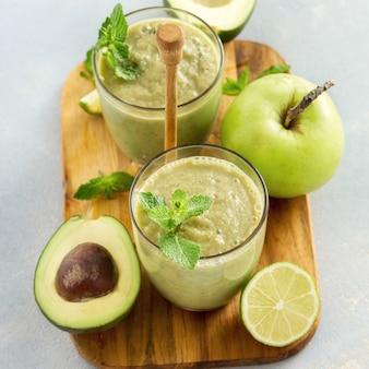 Завтрак зеленый сок смузи яблоко авокадо стол