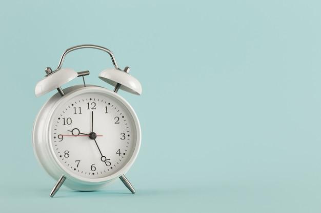 あなたのテストのための古い目覚まし時計ライト背景場所