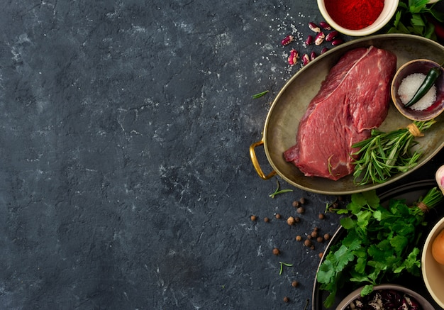生の牛肉とハーブ、スパイス、豆