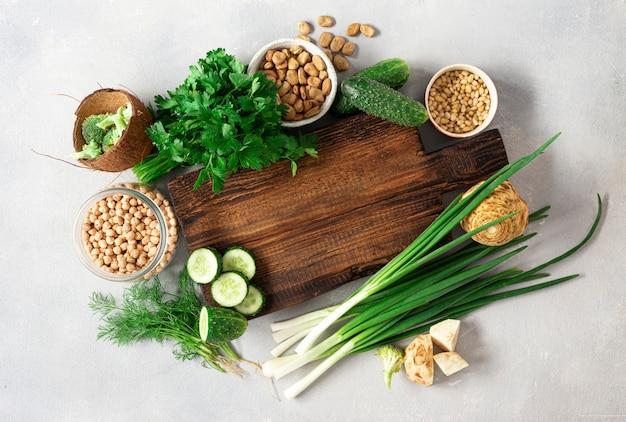 健康食品のきれいな食事のコンセプトです。ビーガンフードを調理するためのトップビュー野菜食材