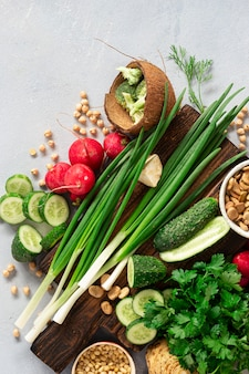 ビーガンフードを調理するためのトップビュー野菜食材