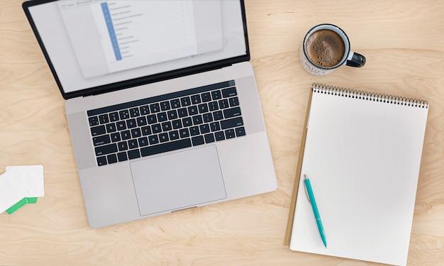 オンライン教育またはトレーニングコースのコンセプトトップビューの職場のラップトップ、スマートフォン、ノートブック、一杯のコーヒー