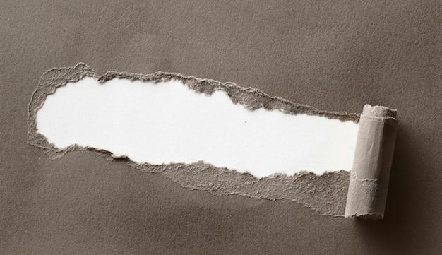 あなたのテキストのためのスペースと引き裂かれた茶色の紙をクローズアップ