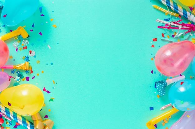 デコレーションパーティー。風船とさまざまなパーティーの装飾トップビューのフレームの背景