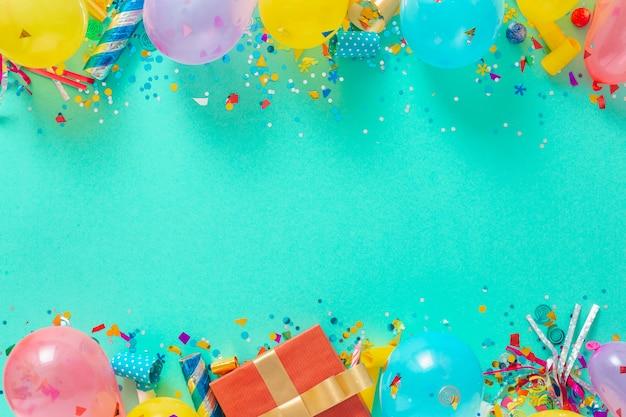 Украшение вечеринки. рамка фон из воздушных шаров и различных партийных украшений вид сверху
