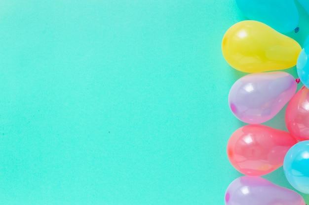 デコレーションパーティー。コピースペーストップビューでさまざまな風船