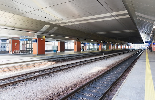 ポーランドの鉄道プラットフォーム。旅行