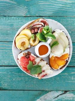 プレートサンドイッチフルーツトップビュー健康的なおいしい朝食