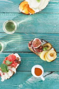 ブルスケッタフルーツ木製テーブルトップビューサナックワイン