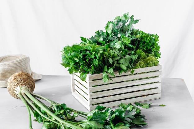 Деревянная коробка сбора свежих трав крупным планом