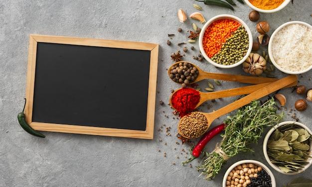 黒板にスパイスとハーブライス、さまざまな豆