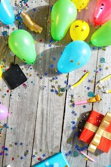 トップビュー誕生日パーティー木製フレーム装飾フラットレイアウト