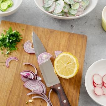 Здоровая пища сырье для приготовления пищи овощной салат вид сверху