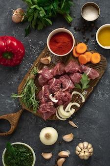 牛肉と野菜を切る