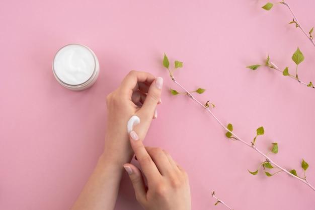女性の手に化粧品クリーム。美容・ハンドスキンケア