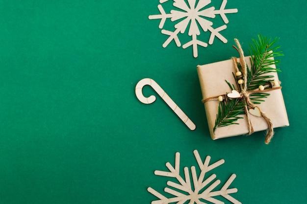 緑の背景にクリスマスと新年の組成
