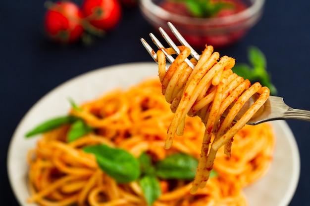 フォークのクローズアップのスパゲッティ。