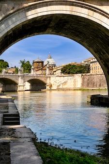 バチカン市国、ローマ、イタリアの橋とサンピエトロ大聖堂