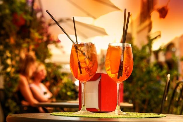 イタリア、ローマでドリンクを飲む