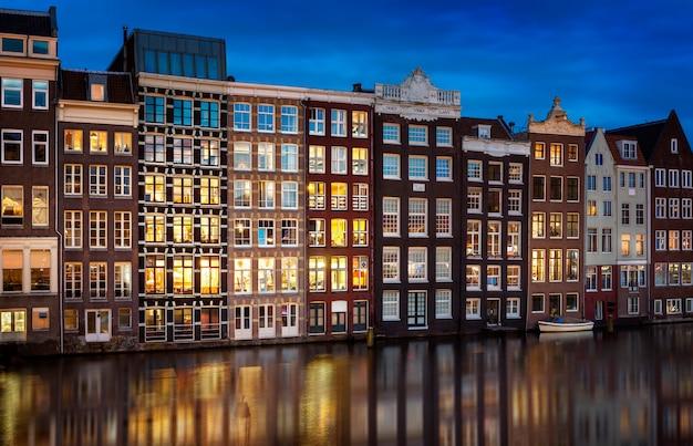 夜のアムステルダム市内