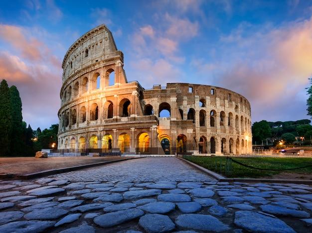 夕暮れ時にローマのコロッセオ