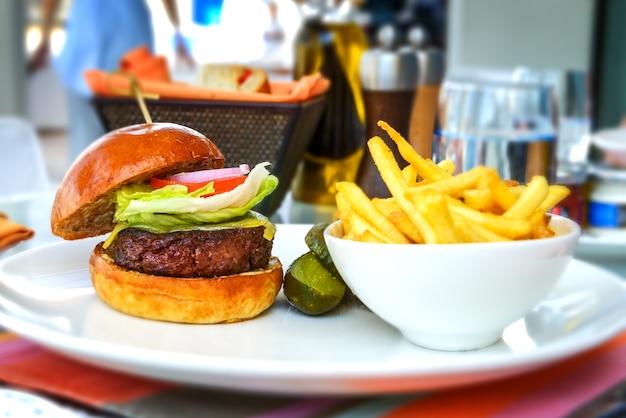 Вкусный и аппетитный гамбургер чизбургер