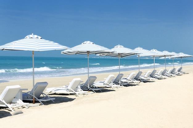 Панорамный вид на стулья на пляже