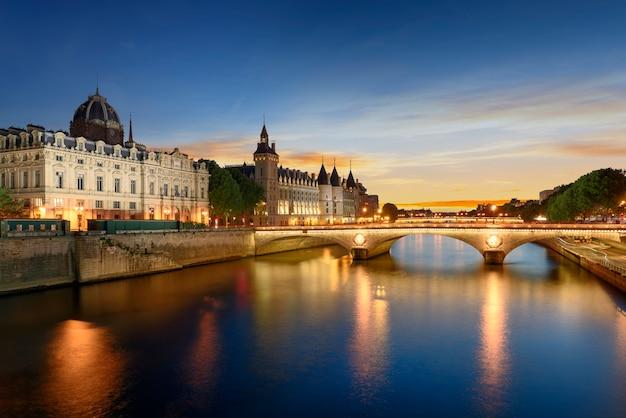 日没でパリのセーヌ川のボートツアー。フランス・パリ