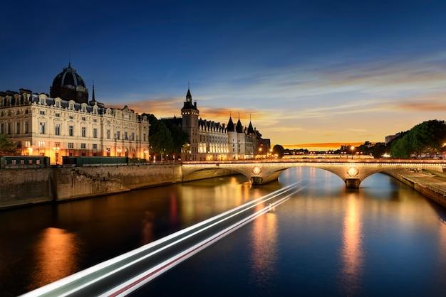 Прогулка на лодке по сене в париже с закатом. париж, франция