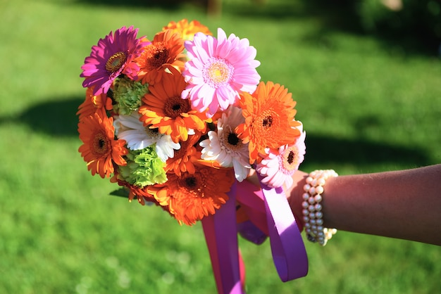 花嫁の手に結婚式の花
